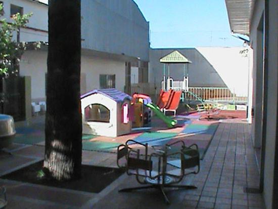 Instituto Maria Ana Mogas_en barrio de Mataderos_jardin_patio juegos